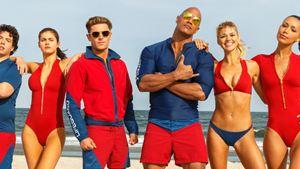 """""""Baywatch""""-Cast feiert Drehende mit neuem Bild zur kultigen Serien-Adaption mit Dwayne Johnson"""