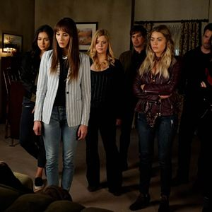 Bild Ashley Benson, Ian Harding, Lucy Hale, Sasha Pieterse, Shay Mitchell