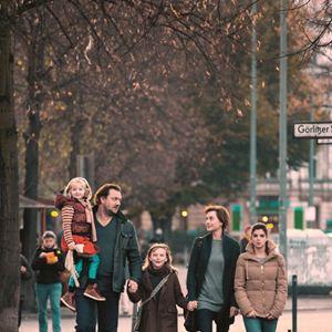 Eltern : Bild Charly Hübner, Christiane Paul, Clara Lago, Emilia Pieske, Paraschiva Dragus