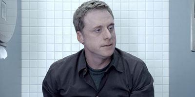 """Im ersten Teaser zu """"Con Man"""" verfolgt Alan Tudyk der Ruhm seiner Kultserie bis hinter die Toilettentür"""