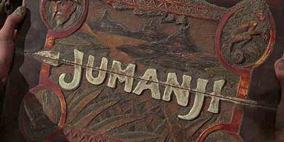 """Heiße Szenen hinter den Kulissen: Dwayne Johnson spielt am """"Jumanji""""-Set mit riesigem Flammenwerfer"""