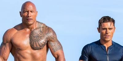"""Zac Efron und Dwayne Johnson zeigen ihre Badehosen im Super-Bowl-Trailer zu """"Baywatch"""""""