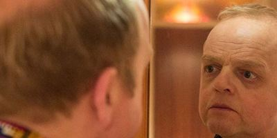 """""""Kaleidoscope"""": Im düsteren Trailer zum Psycho-Thriller kämpft Toby Jones gegen ein Mutter-Trauma"""