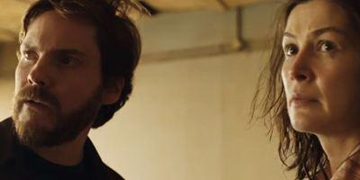 """""""Entebbe"""": Im ersten Trailer zum Thriller kapern Daniel Brühl und Rosamund Pike ein Flugzeug"""