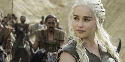 """Einmal mit Emilia Clarke """"Game Of Thrones"""" schauen: Brad Pitt bietet 120.000 Dollar für einen Fernsehabend mit Daenerys"""