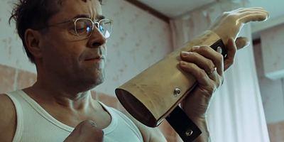 """Von den """"4 Blocks""""-Produzenten: Erster Trailer zur Comedy-Serie """"Arthurs Gesetz"""" mit Jan Josef Liefers"""