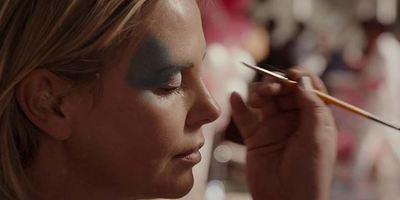 """""""Tully"""": Im ersten deutsche Trailer ist """"Atomic Blonde""""-Star Charlize Theron mit den Nerven fertig"""