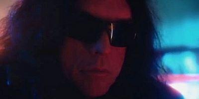 """""""The Room""""-Kultstar Tommy Wiseau als Kopfgeldjäger im ersten Teaser zum Sci-Fi-Film """"Scary Love"""""""