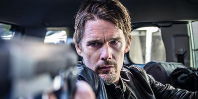 """Zuerst bei uns: Im deutschen Trailer zu """"24 Hours To Live"""" verteilt Ethan Hawke blutige Kopfschüsse"""