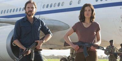 """""""7 Tage in Entebbe"""": Deutscher Trailer zum nervenaufreibenden Thriller mit Daniel Brühl und Rosamund Pike"""