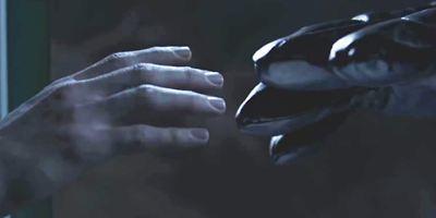 """""""Alien Code"""": Im Trailer zum Sci-Fi-Thriller wird ein Kryptograph von Aliens UND der Regierung gejagt"""