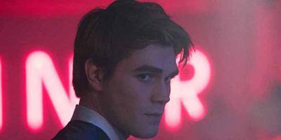 """Neuer Trailer zu 3. Staffel """"Riverdale"""": Archie und die Southside Serpents"""