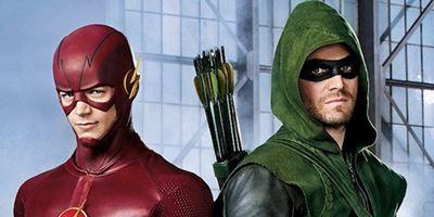Arrow und Flash tauschen die Kostüme auf dem Poster zum großen Crossover