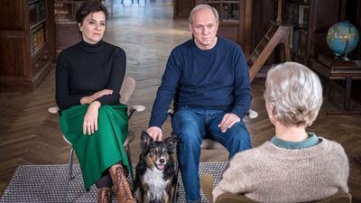 """""""Und wer nimmt den Hund?"""": Bissiger Trailer zum Komödien-Highlight mit Ulrich Tukur und Martina Gedeck"""