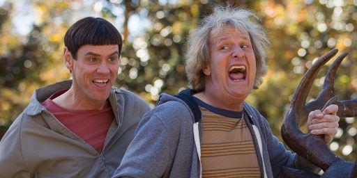 """Jeff Daniels und Jim Carrey checken """"auf 12 Uhr"""" heiße Mädels aus im ersten TV-Spot zu """"Dumm und Dümmehr"""""""