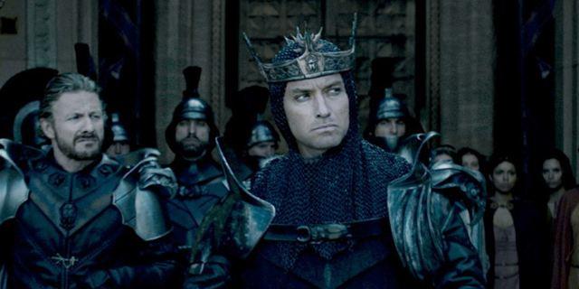 """King Arthur: Legend Of The Sword"": Charlie Hunnam vs. Jude Law im actionreichen Trailer"