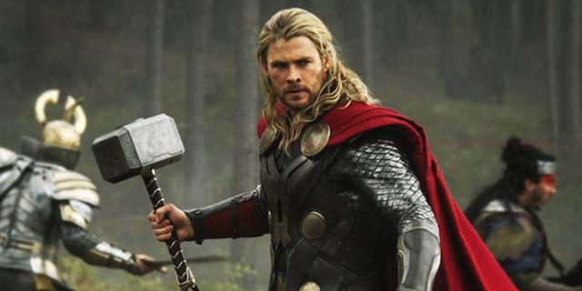 """Thor spielt mit Puppen: Im neuen """"Avengers 3: Infinity War""""-Setvideo hämmert Chris Hemsworth seine Kollegen weg"""