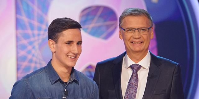"""Wer wird Millionär?"": 72-Jähriger muss 18-Jährigem bei ""Fack Ju Göhte""-Frage aushelfen"