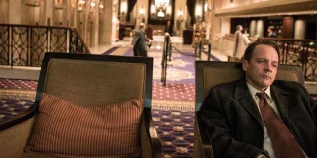 """Start der Netflix-Serie """"Wermut"""" mit Peter Sarsgaard: Der mysteriöse Tod eines CIA-Wissenschaftlers"""