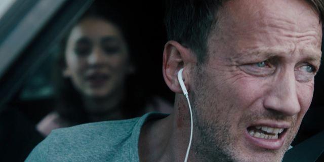 """""""Steig. Nicht. Aus!"""": Im ersten Trailer mit Wotan Wilke Möhring herrscht Bombenalarm auf Vollspeed"""