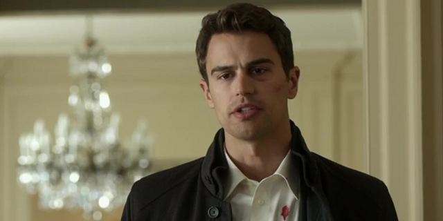 """Die Bestimmung""-Star Theo James lernt im ersten Trailer ""Backstabbing For Beginners"""