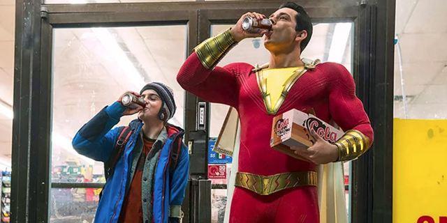 """Das derzeit witzigste DC-Superhelden-Kostüm auf neuem Bild zu """"Shazam!"""""""