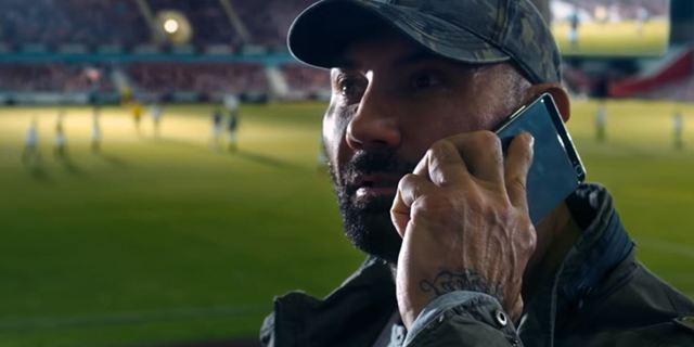 """""""Stirb langsam"""" im Stadion: Im neuen Trailer zu """"Final Score"""" werden Dave Bautista und Pierce Brosnan zu Gegnern"""