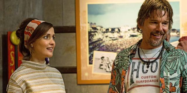 """Im Trailer zu """"Juliet, Naked"""" schreibt Rose Byrne über das neue Album von Ethan Hawke eine ganz miese Kritik"""