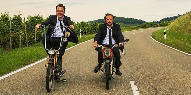 """""""Fick dich, Niedersachsen!"""": Neuer Trailer zur Road-Movie-Komödie """"25 KM/H"""" mit Lars Eidinger und Bjarne Mädel"""