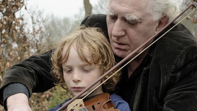"""Ein kleiner Junge tauscht im ersten deutschen Trailer zu """"Finn und die Magie der Musik"""" den Fußball gegen die Geige ein"""