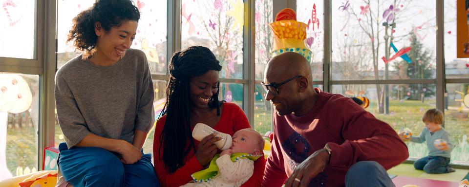 afrikanisches Paar hat weißes Baby