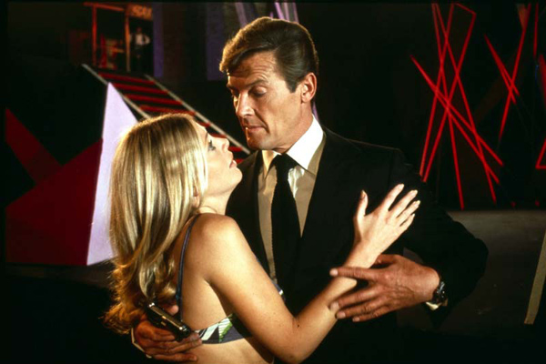 James Bond 007 - Der Mann mit dem goldenen Colt : Bild Britt Ekland, Roger Moore