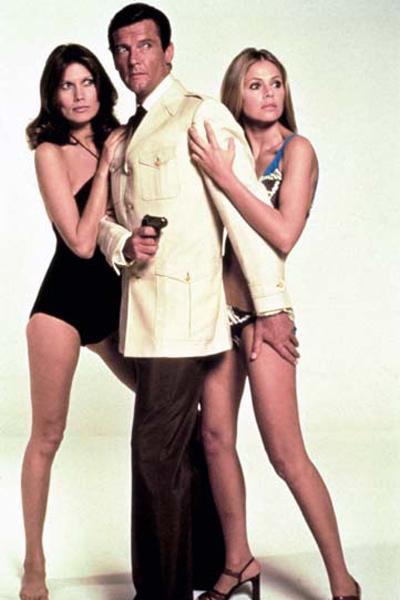 James Bond 007 - Der Mann mit dem goldenen Colt : Bild Britt Ekland, Maud Adams, Roger Moore