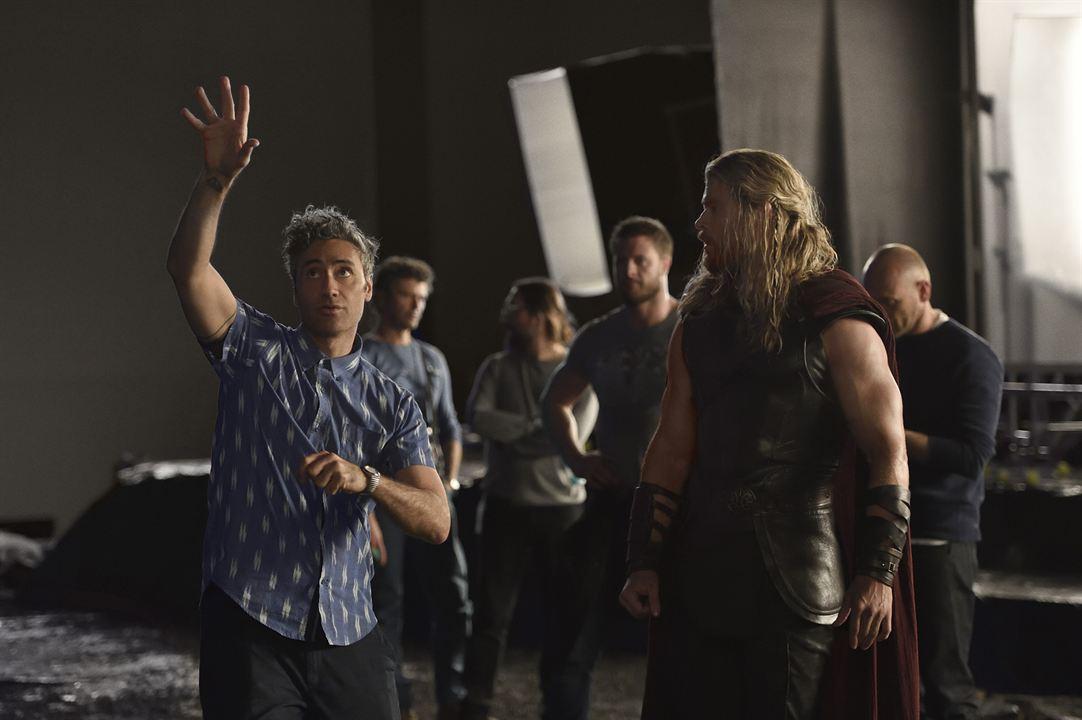 """Chris Hemsworth und Regisseur Taika Waititi am Set von """"Thor: Ragnarok"""""""