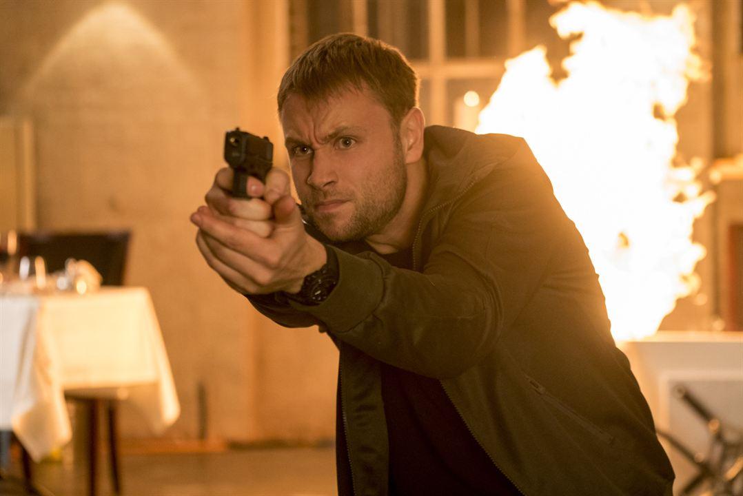 """Waffe im Anschlag: Max Riemelt in der 2. Staffel von """"Sense8"""""""