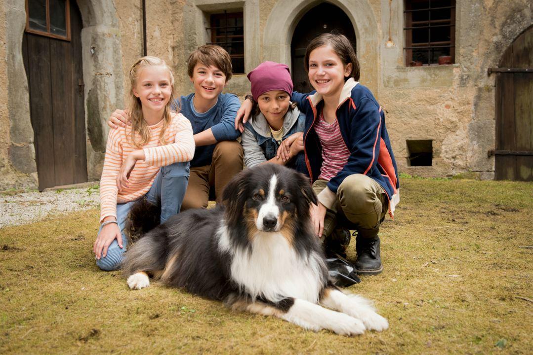 Anne (Amelie Lammers), Julian (Marinus Hohmann), Dick (Ron Antony Renzenbrink), George (Allegra Tinnefeld) und Hund Timmy