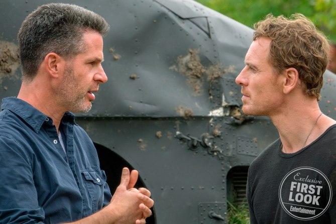 """Regisseur Simon Kinberg und Michael Fassbender am Set von """"X-Men: Dark Phoenix"""""""
