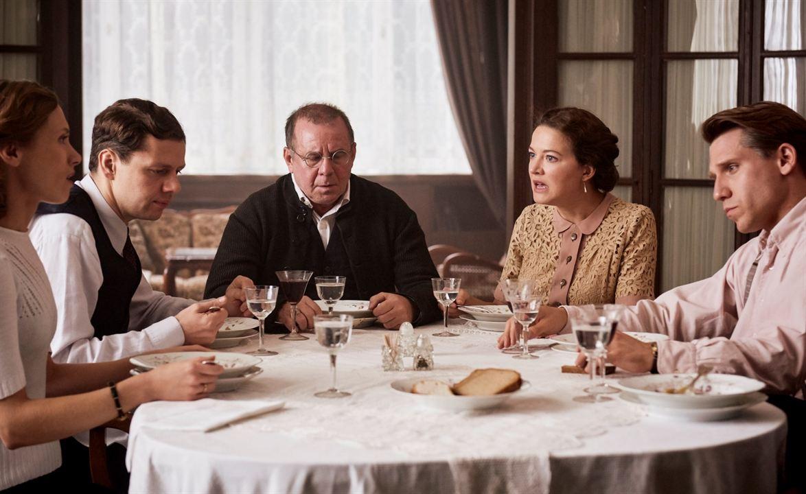 Die Dasslers - Pioniere, Brüder und Rivalen : Bild Alina Levshin, Christian Friedel, Hannah Herzsprung, Hanno Koffler
