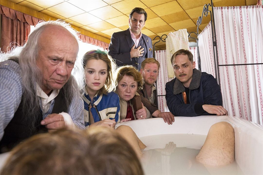 Axel, der Held : Bild Adrian Zwicker, Christian Grashof, Emilia Schüle, Imogen Kogge, Johannes Kienast