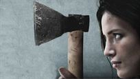 """Knüppelharte Rache-Action: Im Trailer zu """"Girl"""" macht Bella Thorne mit einem Beil Jagd auf Mickey Rourke!"""