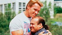 """Statt Eddie Murphy: Dieser Star stößt zu Arnold Schwarzenegger & Danny DeVito im Kult-Sequel """"Triplets"""""""