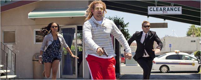 """Nackte Haut, eine Knastvergewaltigung und """"Hangover""""-Star Bradley Cooper mit Rastas im deutschen Trailer zu """"Hit & Run"""" mit Kristen Bell"""