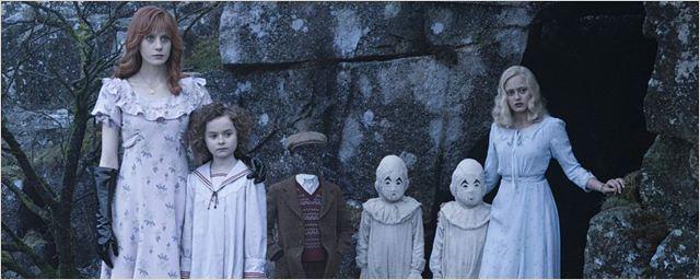 """Tim Burton und seine ungewöhnlichen Schützlinge auf neuen Bildern zu """"Die Insel der besonderen Kinder"""""""