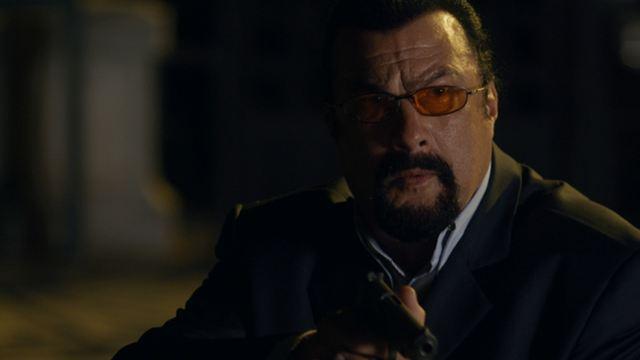 """""""End Of A Gun – Wo Gerechtigkeit herrscht"""": In der deutschen Trailerpremiere haut Steven Seagal gehörig auf den Putz"""