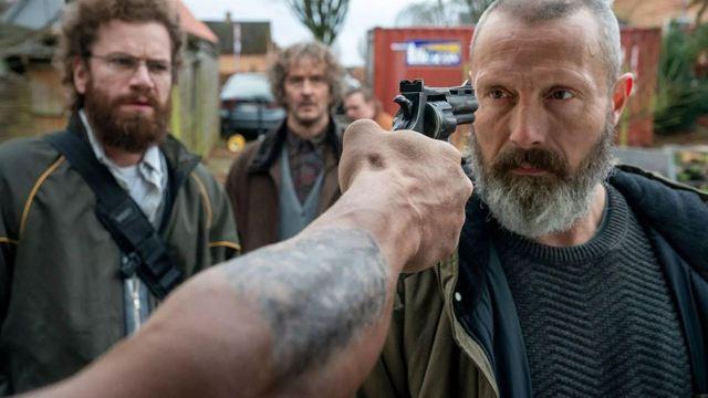 """Gnadenlos schwarzer Humor im Rache-Actioner mit Mads Mikkelsen: Deutscher Trailer zu """"Helden der Wahrscheinlichkeit"""""""