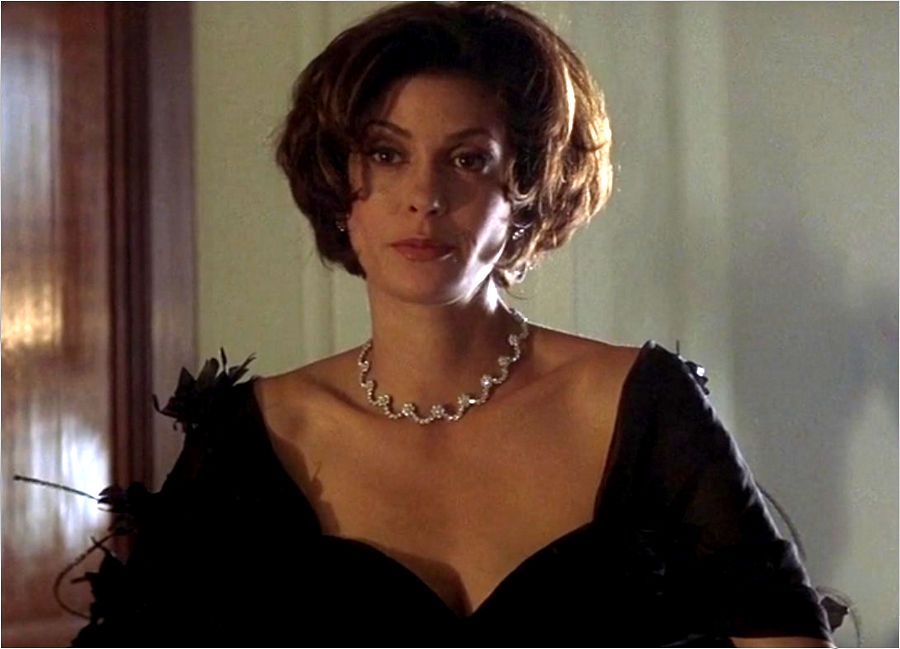 "Paris Carver (Teri Hatcher) in ""James Bond 007 - Der Morgen stirbt nie"""