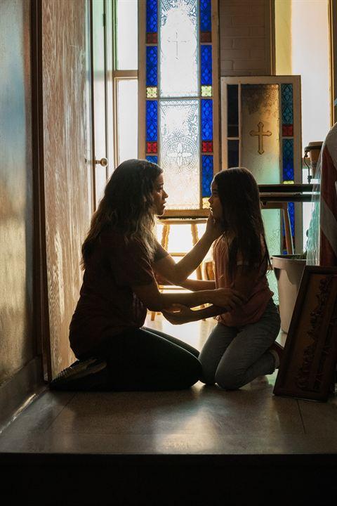 Awake : Bild Ariana Greenblatt, Gina Rodriguez